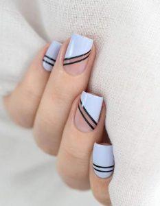 σχέδιο στα νύχια με γραμμές