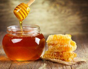 βαζάκι με μέλι και κερήθρα