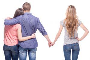 ζευγάρι αγκαλιά άλλη γυναίκα κρατάει χέρι άντρα