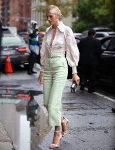 ανοιχτό πράσινο παντελόνι άσπρο πουκάμισο φορέσεις παστέλ χρώματα