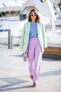 ανοιχτόχρωμο μοβ παντελόνι πράσινο σακάκι γαλάζια μπλούζα φορέσεις παστέλ χρώματα
