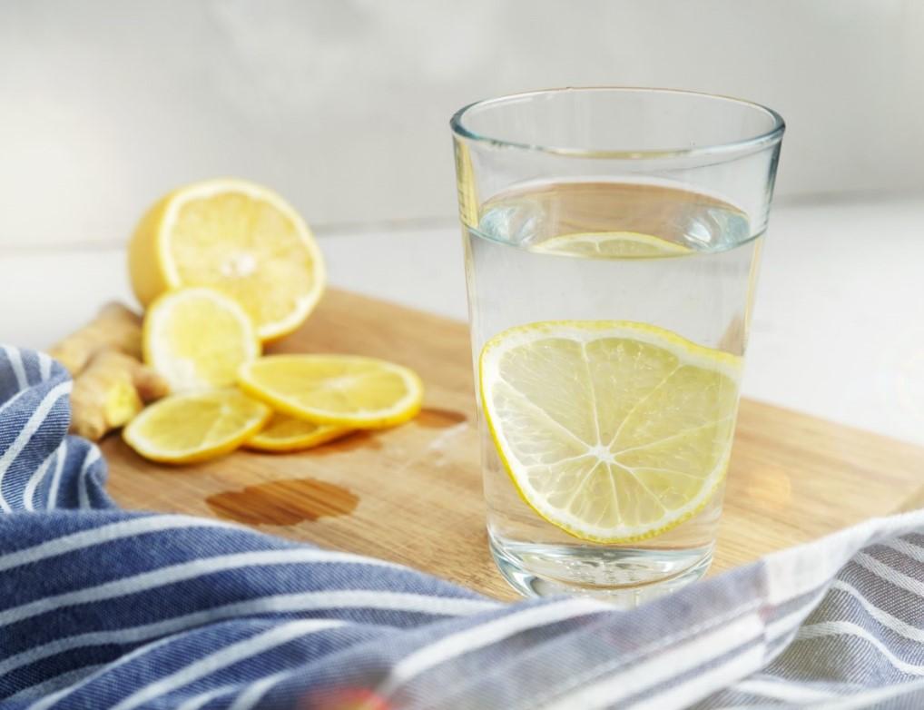 Πρωινό, νερό και λεμόνι για αποτοξίνωση οργανισμού