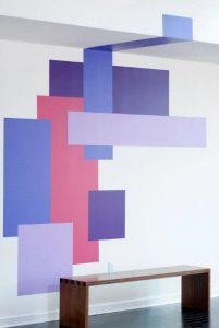 άσπρος τοίχος με πολύχρωμα σχέδια