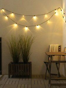 φωτάκια στους τοίχους της βεράντας