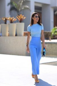 γαλάζια μπλούζα γαλάζια ζιπ κιλότ κίτρινη γόβα
