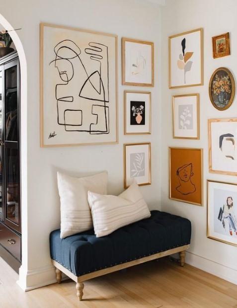 gallery wall διακόσμηση μπλε σκαμπό σπίτι δείχνει ακριβό