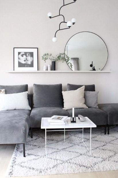 γκρι καναπές ράφι καθρέπτης πίνακας