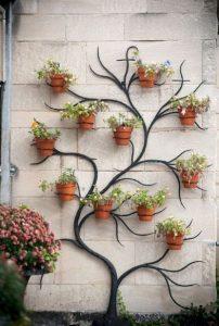γλάστρες στον τοίχο σε κατασκευή δεντράκι
