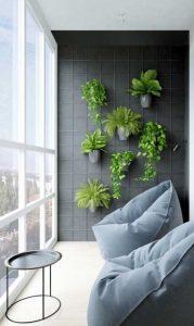 γλάστρες στον τοίχο στη βεράντα