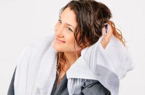 στέγνωμα μαλλιών πετσέτα