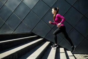 γυναίκα ανεβαίνει σκάλες