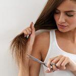 γυναίκα κόβει μόνη μαλλιά κουρευτείς μόνη