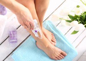 γυναίκα ξυρίζει πόδια μοβ ξυραφάκι