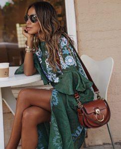 γυναίκα κυματιστά μαλλιά πράσινο φόρεμα κομψό boho στυλ