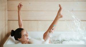 γυναίκα στη μπανιέρα νερό ξυράφι τέλειο ξύρισμα ποδιών