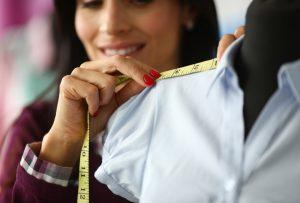 γυναίκα παίρνει τις διαστάσεις ενός ρούχου