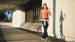 γυναίκα περπατάει έντονα μπουκάλι