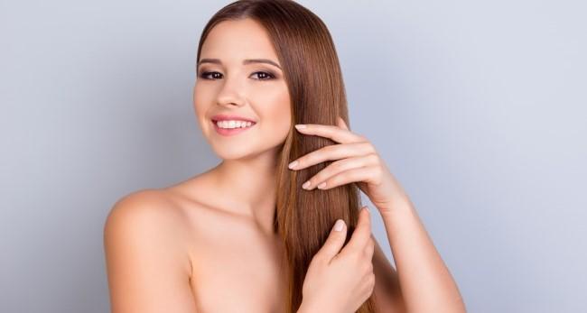 γυναίκα πιάνει ίσια μαλλιά δάχτυλα