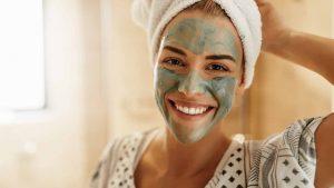 γυναίκα πράσινη μάσκα πρόσωπο περιποίηση προσώπου