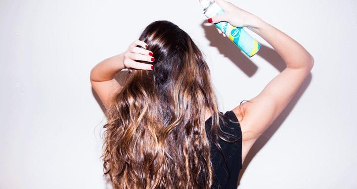 γυναίκα βάζει dry shampoo μαλλιά συμβουλές περιποίησης μαλλιά