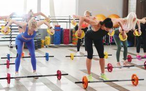 γυναίκες κάνουν ομαδική γυμναστική