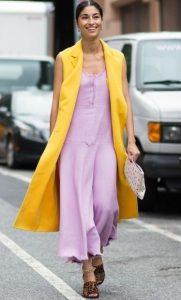 κίτρινο γιλέκο μοβ φόρεμα