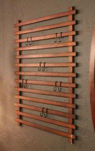 ξύλινη κατασκευή με κρεμάστρες στο τοίχο