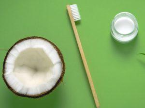 θεραπεία με λάδι καρύδας για λεύκανση στα δόντια