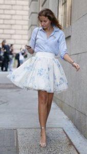 φουστα ασπρη και γαλαζιο πουκαμισο