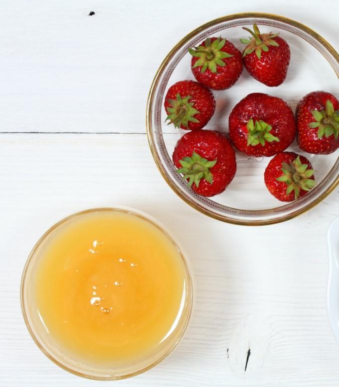 Φυσική μάσκα προσώπου για λαμπερή επιδερμίδα με μέλι και φράουλες