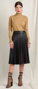 μαύρη πλισέ δερμάτινη φούστα