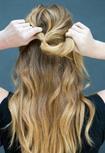 Εύκολο χτένισμα με μισα μαλλιά πάνω