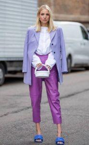 μοβ παντελόνι άσπρο πουκάμισο μοβ σακάκι φορέσεις παστέλ χρώματα
