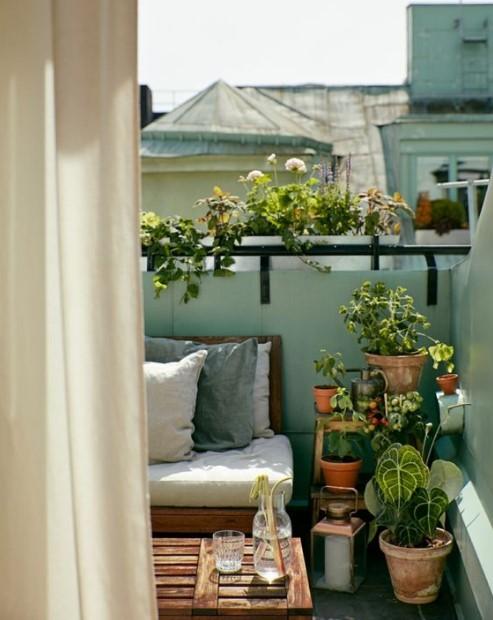 μπαλκόνι πράσινος τοίχος γλάστρες διακόσμηση μπαλκόνι