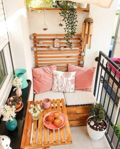μπαλκόνι ροζ μαξιλάρια ξύλινο τραπέζι
