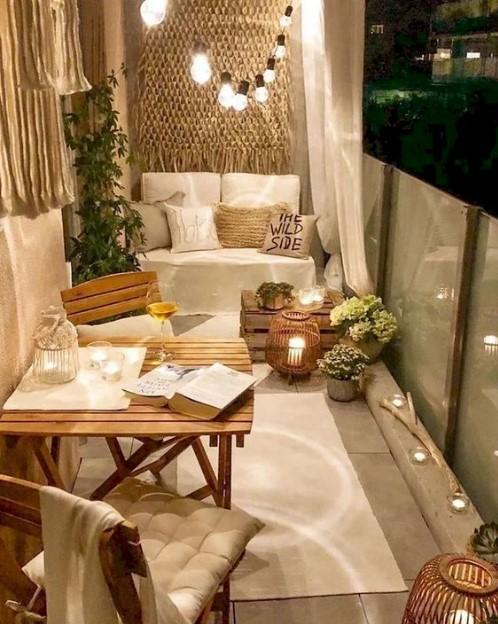 βεράντα τραπέζι καναπές φώτα κεριά