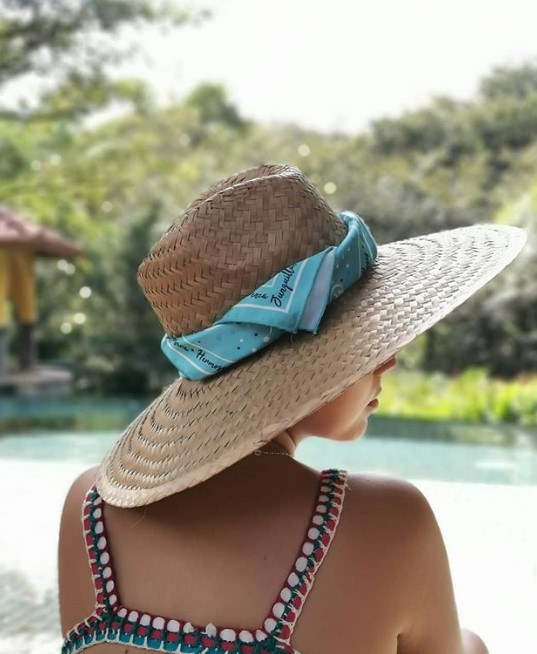 Μπαντάνα για αξεσουάρ σε καλοκαιρινό καπέλο