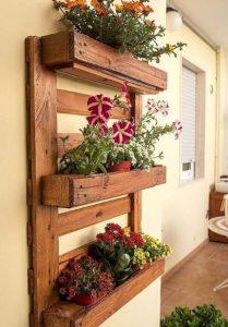 παλέτα με λουλούδια στη βεράντα