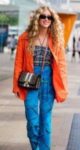 μπλε ρουχα με πορτοκαλι πανωφορι