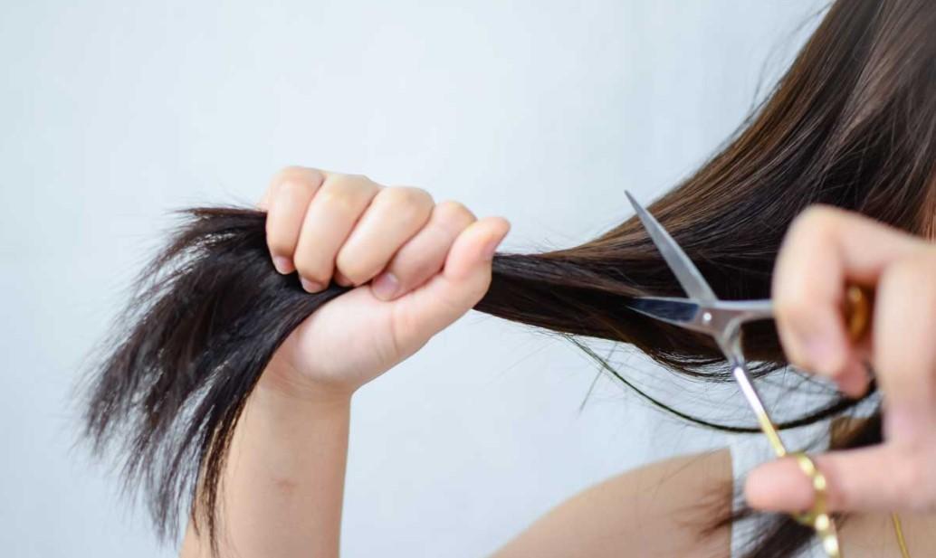 ψαλίδι κουρέματος γυναίκα κόβει πολλά μαλλιά