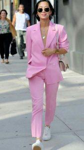 ροζ κοστούμι άσπρα sneakers