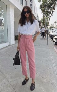 ροζ παντελόνι άσπρο κοντομάνικο πουκάμισο