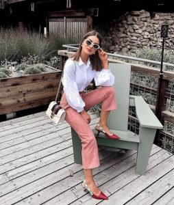 ροζ παντελόνι άσπρο μακρυμάνικο πουκάμισο