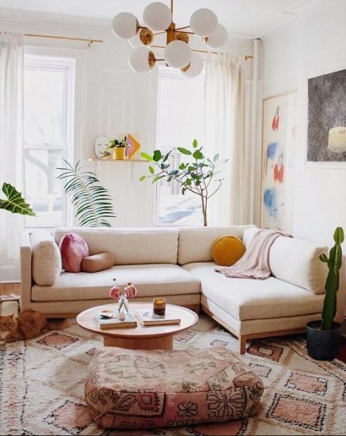σαλόνι άσπρος καναπές πολύφωτο μεγάλο χαλί