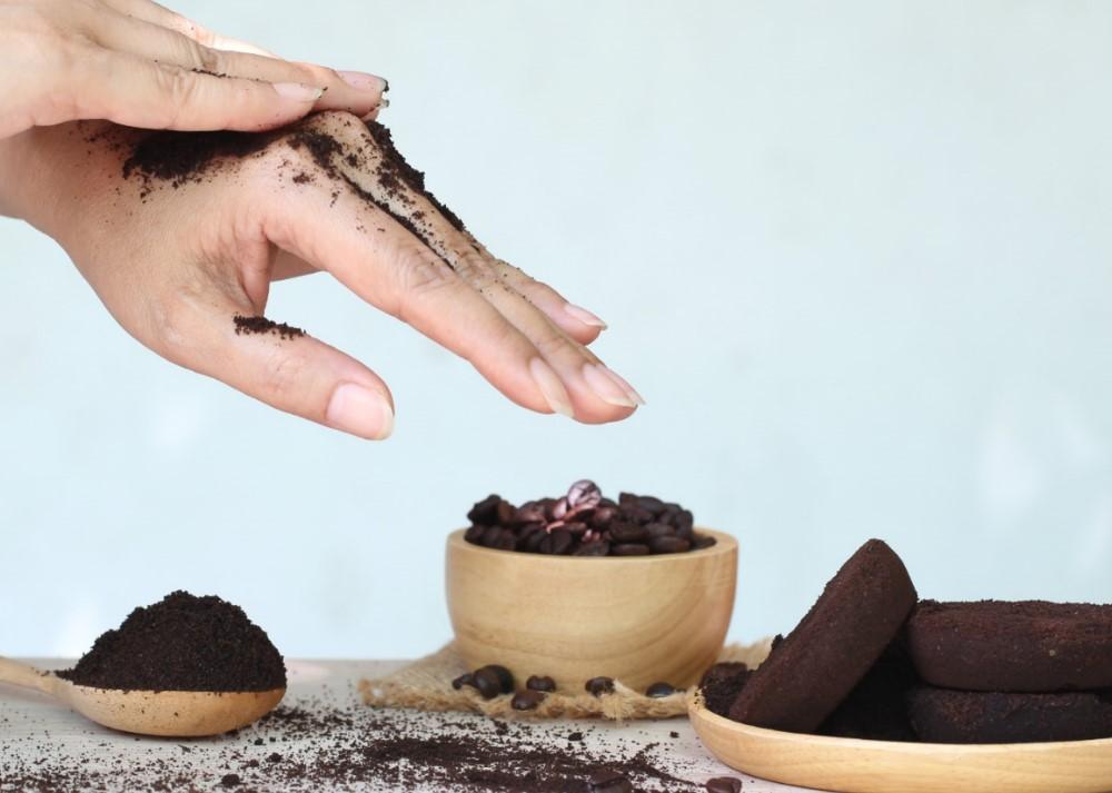 scrub με κόκους από καφέ για απολέπιση στο σώμα