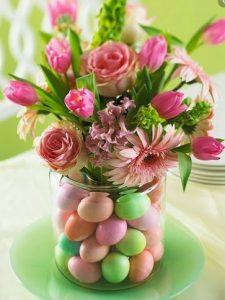 βαζο με αυγα πλαστικα και λουλουδια