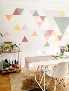 τοίχος βαμμένος με τρίγωνα