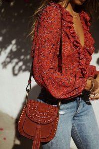 τζιν παντελόνι κόκκινο πουκάμισο μπορντό τσαντάκι κομψό boho στυλ