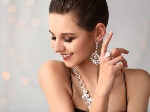 χαρούμενη γυναίκα φοράει κοσμήματα