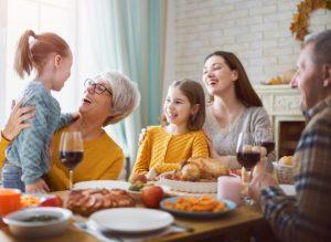 χαρούμενο οικογενειακό τραπέζι